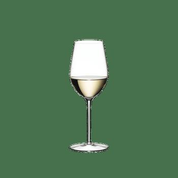 RIEDEL Sommeliers Riesling Grand Cru rempli avec une boisson sur fond blanc