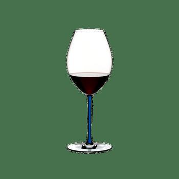 RIEDEL Fatto A Mano Syrah Blau gefüllt mit einem Getränk auf weißem Hintergrund