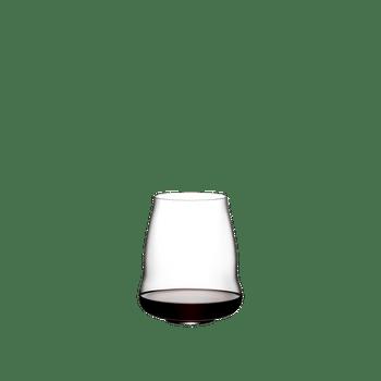 SL RIEDEL Stemless Wings Pinot Noir / Nebbiolo gefüllt mit einem Getränk auf weißem Hintergrund