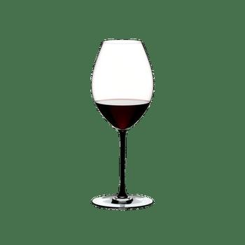 RIEDEL Fatto A Mano Syrah Schwarz gefüllt mit einem Getränk auf weißem Hintergrund