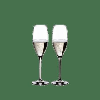 RIEDEL Vinum Cuvée Prestige rempli avec une boisson sur fond blanc