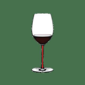 RIEDEL Fatto A Mano R.Q. Cabernet/Merlot Rot gefüllt mit einem Getränk auf weißem Hintergrund