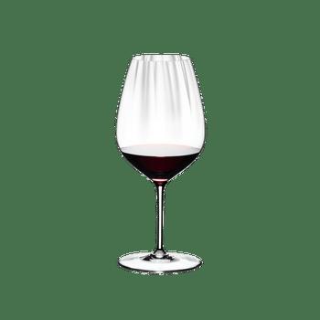 RIEDEL Performance Restaurant Cabernet gefüllt mit einem Getränk auf weißem Hintergrund
