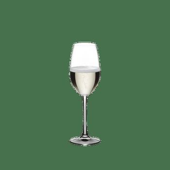 RIEDEL Restaurant Champagnerglas gefüllt mit einem Getränk auf weißem Hintergrund