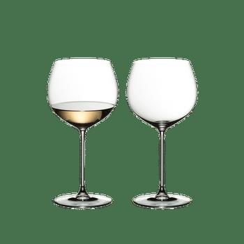 RIEDEL Veritas Oaked Chardonnay rempli avec une boisson sur fond blanc