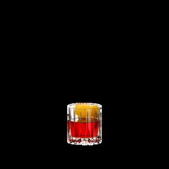 RIEDEL Drink Specific Glassware Neat gefüllt mit einem Getränk auf weißem Hintergrund