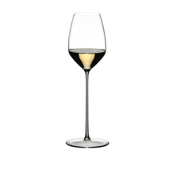 RIEDEL Max Riesling rempli avec une boisson sur fond blanc