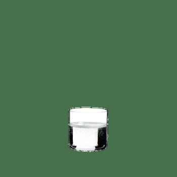 RIEDEL Bar Wasser gefüllt mit einem Getränk auf weißem Hintergrund