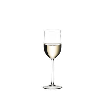 RIEDEL Sommeliers Rheingau rempli avec une boisson sur fond blanc