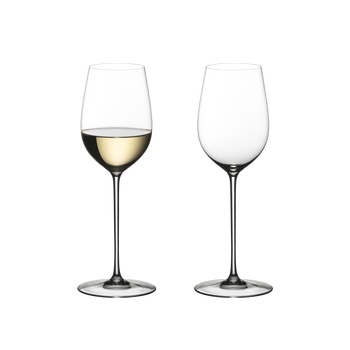Two RIEDEL Superleggero Viognier/Chardonnay wine glasses. The one on the left side is filled with white wine, the other one is empty.