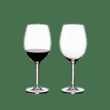 RIEDEL Wine Cabernet/Merlot gefüllt mit einem Getränk auf weißem Hintergrund