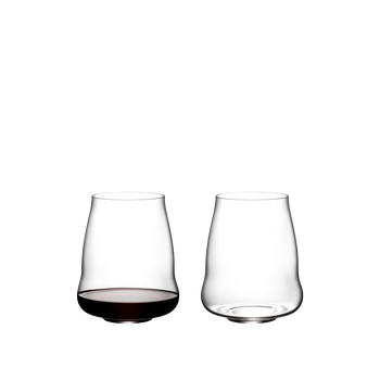 Two SL RIEDEL Stemless Wings Pinot Noir / Nebbiolo tumblers side by side. The glass on the right side is filled with red wine, the other one is empty.