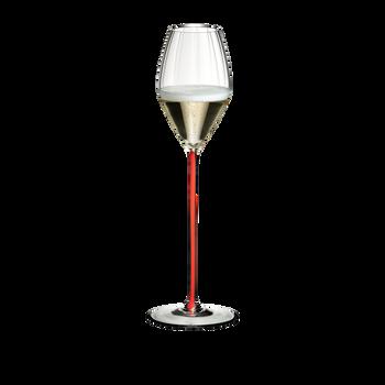 RIEDEL High Performance Champagnerglas Rot gefüllt mit einem Getränk auf weißem Hintergrund