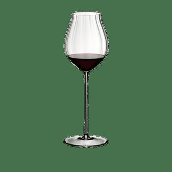 RIEDEL High Performance Pinot Noir Klar gefüllt mit einem Getränk auf weißem Hintergrund