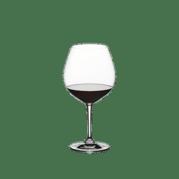 RIEDEL Restaurant Pinot Noir gefüllt mit einem Getränk auf weißem Hintergrund
