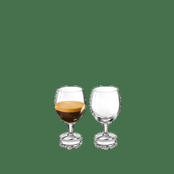 NESPRESSO Reveal Delicato riempito con una bevanda su sfondo bianco