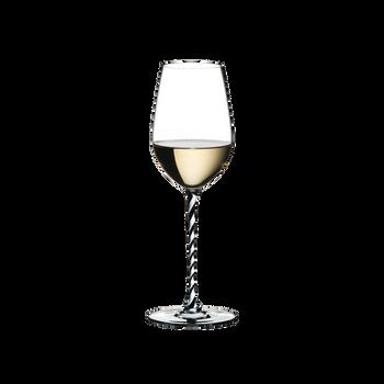 RIEDEL Fatto A Mano Riesling/Zinfandel Schwarz & Weiß R.Q. gefüllt mit einem Getränk auf weißem Hintergrund