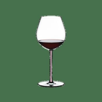 RIEDEL Fatto A Mano Pinot Noir Pink R.Q. gefüllt mit einem Getränk auf weißem Hintergrund