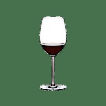 RIEDEL Fatto A Mano R.Q. Cabernet Pink gefüllt mit einem Getränk auf weißem Hintergrund