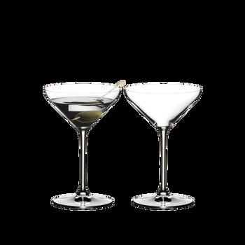 RIEDEL Extreme Martini rempli avec une boisson sur fond blanc