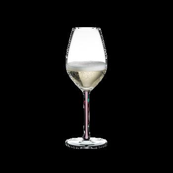 RIEDEL Fatto A Mano Champagner Weinglas Pink gefüllt mit einem Getränk auf weißem Hintergrund