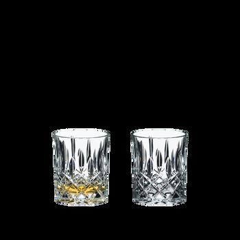 RIEDEL Tumbler Collection Spey Whisky gefüllt mit einem Getränk auf weißem Hintergrund