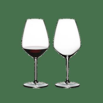 RIEDEL Extreme Shiraz rempli avec une boisson sur fond blanc