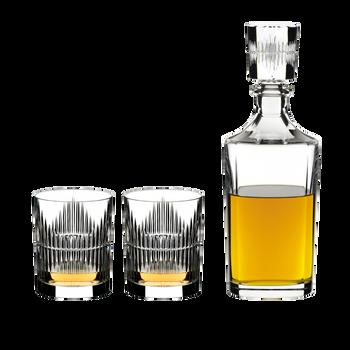 RIEDEL Tumbler Collection Shadows Whisky Set - 2 Whisky Tumbler + Decanter rempli avec une boisson sur fond blanc