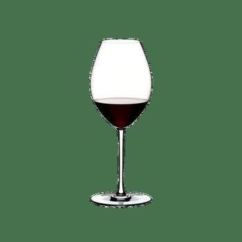 RIEDEL Fatto A Mano Syrah Weiß gefüllt mit einem Getränk auf weißem Hintergrund