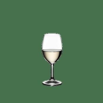 RIEDEL Ouverture Restaurant Weißwein gefüllt mit einem Getränk auf weißem Hintergrund