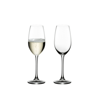 RIEDEL Ouverture Champagnerglas gefüllt mit einem Getränk auf weißem Hintergrund