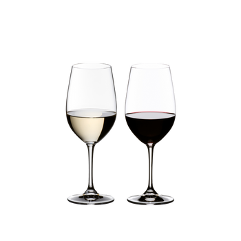 2 RIEDEL Vinum Riesling Grand Cru/Zinfandel glasses stand side by side. The glass on the left side is filled with white wine, the other one is filled with red wine.