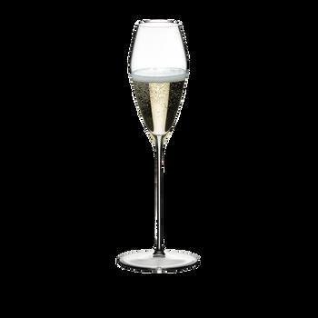 RIEDEL Max Champagne Glass rempli avec une boisson sur fond blanc