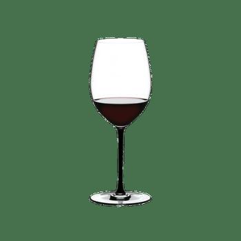 RIEDEL Fatto A Mano Cabernet/Merlot Schwarz R.Q. gefüllt mit einem Getränk auf weißem Hintergrund