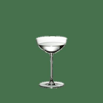 RIEDEL Veritas Restaurant Sektschale/Cocktail gefüllt mit einem Getränk auf weißem Hintergrund