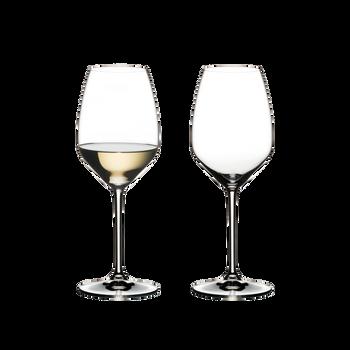 RIEDEL Extreme Riesling rempli avec une boisson sur fond blanc
