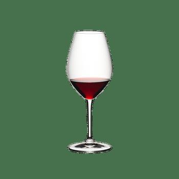 RIEDEL 002 Glas gefüllt mit einem Getränk auf weißem Hintergrund