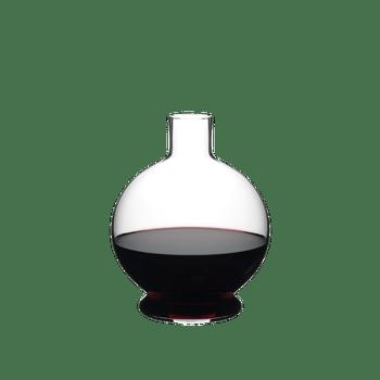 RIEDEL Decanter Marne riempito con una bevanda su sfondo bianco
