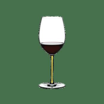 RIEDEL Fatto A Mano R.Q. Cabernet/Merlot Gelb gefüllt mit einem Getränk auf weißem Hintergrund