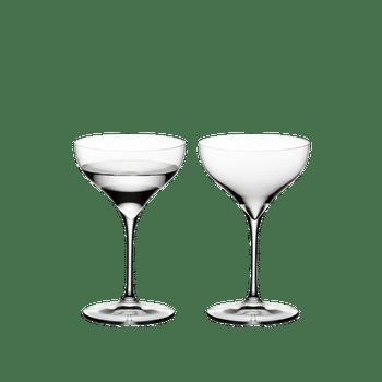 RIEDEL Grape@RIEDEL Martini gefüllt mit einem Getränk auf weißem Hintergrund