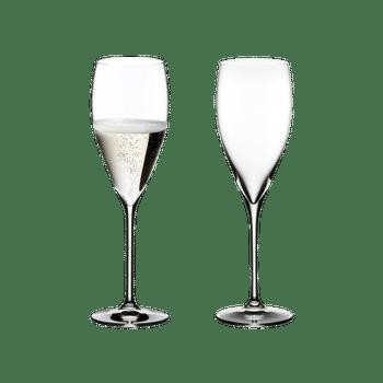 RIEDEL Vinum Vintage Champagne Glass con bebida en un fondo blanco