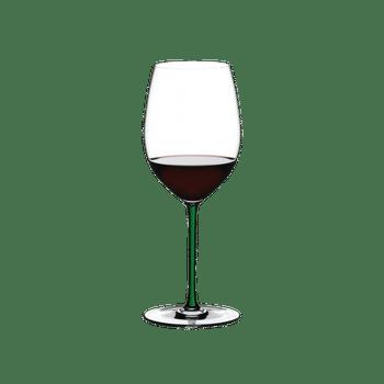 RIEDEL Fatto A Mano Cabernet/Merlot Grün gefüllt mit einem Getränk auf weißem Hintergrund