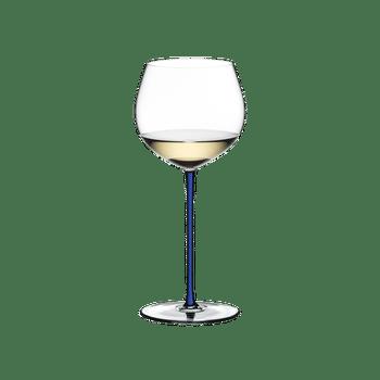 RIEDEL Fatto A Mano Chardonnay (im Fass gereift) Blau R.Q. gefüllt mit einem Getränk auf weißem Hintergrund