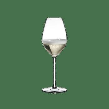 RIEDEL Fatto A Mano Champagner Weinglas Weiß gefüllt mit einem Getränk auf weißem Hintergrund