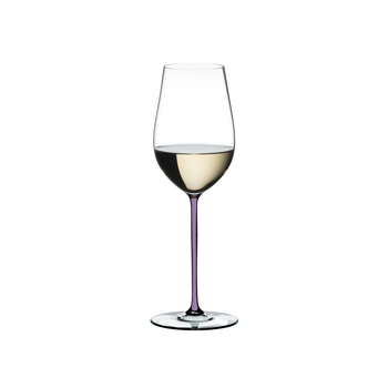 RIEDEL Fatto A Mano Riesling/Zinfandel Opal violet filled with a drink on a white background