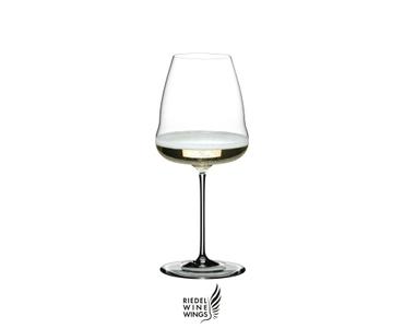 RIEDEL Winewings Restaurant Champagner Weinglas gefüllt mit einem Getränk auf weißem Hintergrund