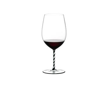 RIEDEL Fatto A Mano Bordeaux Grand Cru Black & White R.Q. con bebida en un fondo blanco