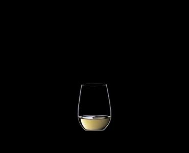 RIEDEL Restaurant O Riesling/Sauvignon Blanc gefüllt mit einem Getränk auf schwarzem Hintergrund