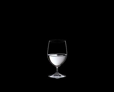 RIEDEL Restaurant Water rempli avec une boisson sur fond noir