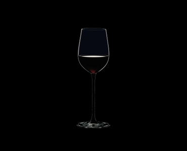RIEDEL Sommeliers Black Tie Mature Bordeaux rempli avec une boisson sur fond noir